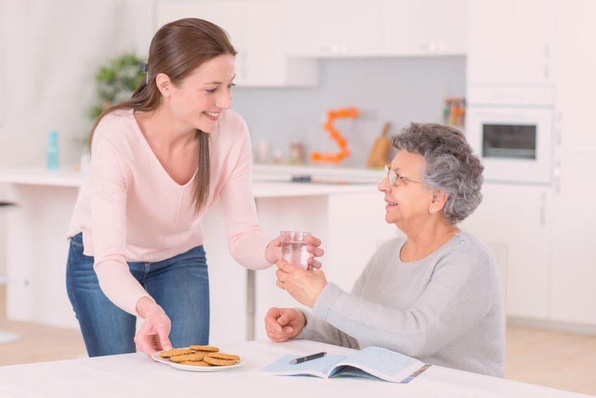 Bénévole aidant une personne aînée
